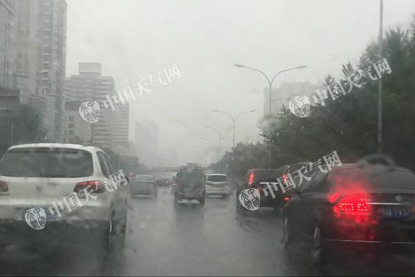 北京今晨雨雾天气影响早高峰。(图/赵嫣嫣)