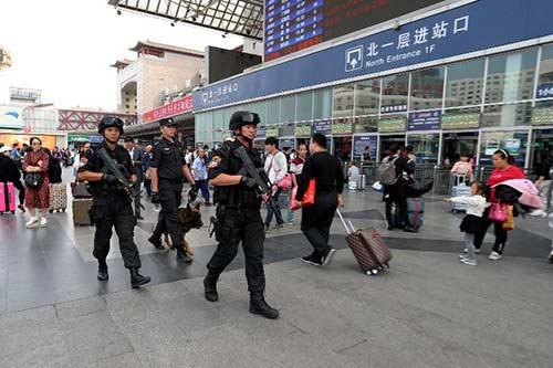 节日期间,西站派出所加派警力护卫,特警正在北京西站巡逻