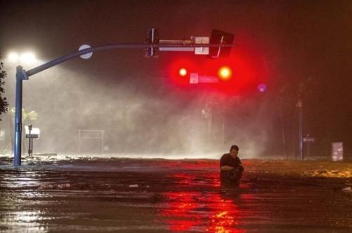"""在美国俄克拉何马州第二大城塔尔萨,飓风""""纳特""""卷起海浪,积水淹没滨海的大道。当地居民拍下这水淹大道的情景。图片来源:法新社"""