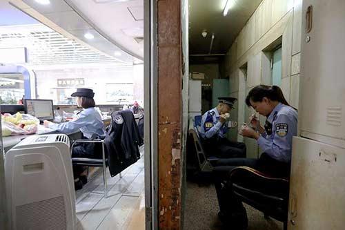 值勤民警王立华(右二)在警务工作站吃着过了饭点儿的午饭