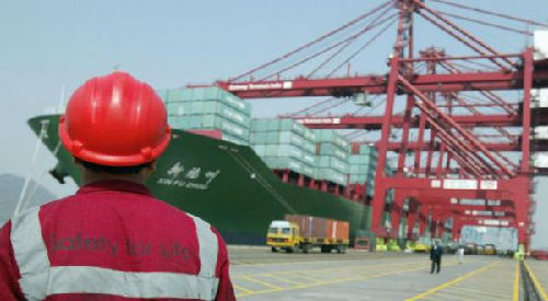 一艘中国货船停靠在印度孟买一处集装箱码头。(美国雅虎新闻网站)