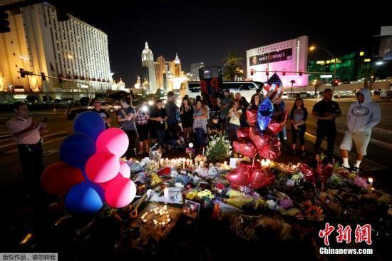 当地时间2017年10月4日,美国拉斯维加斯民众在事发现场附近悼念枪击案遇难者。