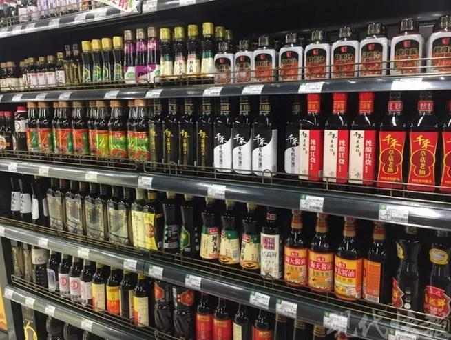 △超市货架上的酱油琳琅满目
