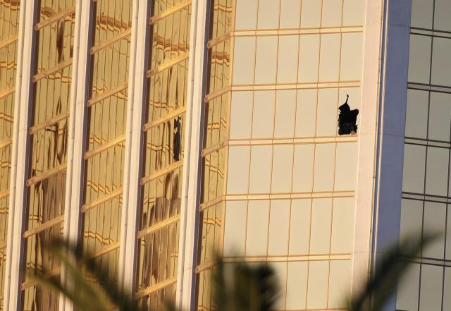 这是10月3日拍摄的美国拉斯维加斯曼德勒海湾酒店,枪手所在房间破损的两扇窗子清晰可见。(新华社记者王迎摄)