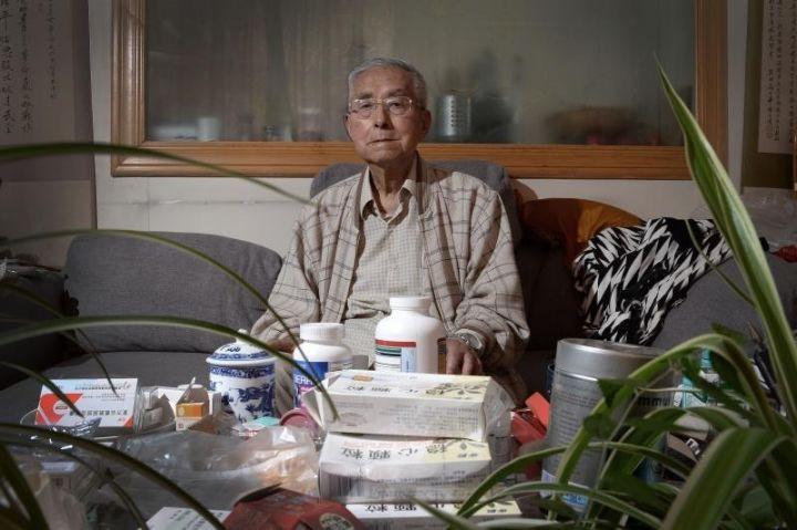 95岁高龄的杨维骏,日常服用的药品堆满屋子。新京报记者 吴江 摄