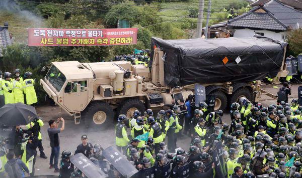 """9月7日,在韩国庆尚北道星州郡,""""萨德""""相关装备被运往部署地。新华社"""