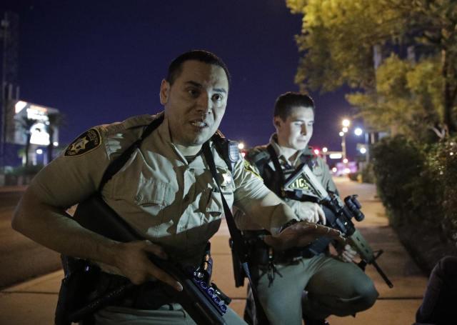 10月1日,在美国西部城市拉斯维加斯,警察劝行人离开枪击事件现场。(新华/美联)