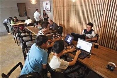 ▲中關村創業街某咖啡廳內的創業者們。圖據新京報
