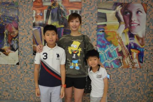 陈隽翔(左)今年暑假从中国回来,告诉母亲陈丹玲(中)他对中文的喜爱。(美国《世界日报》/记者牟兰 摄)