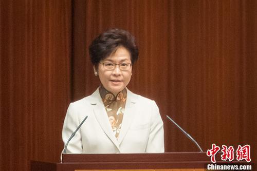 10月11日,香港特区行政长官林郑月娥在特区立法会发表她上任后的第一份施政报告,就房屋、财税、创新科技、香港与内地合作等方面阐述施政计划。 中新社记者 谢光磊 摄