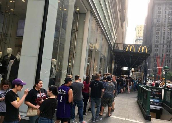 想要四川辣酱的大量食客在店门口排起长队 新华社图