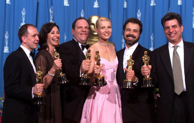 1999年温斯坦(左三)和帕特罗(左四)凭借《莎翁情史》获得奥斯卡奖