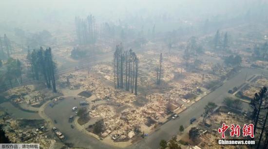 当地时间10月10日,美国加州圣若瑟,当地一个社区在大火过后,房屋都被烧毁,小区变为平地。