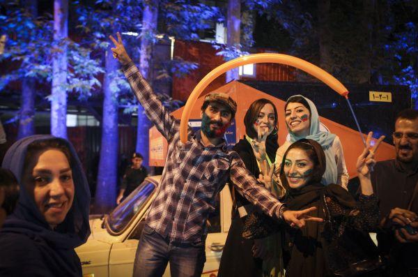 资料图片:2015年7月14日,民众在伊朗德黑兰街头庆祝伊核协议达成。