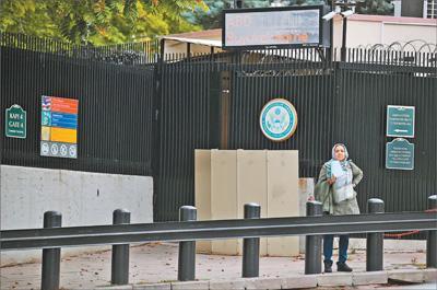 美国驻土耳其大使馆10月8日宣布,出于安全考虑,即日起暂停在土耳其的所有非移民签证服务。图为10月9日,在土耳其安卡拉,一名女子在美国驻土耳其大使馆外等候。新华社发