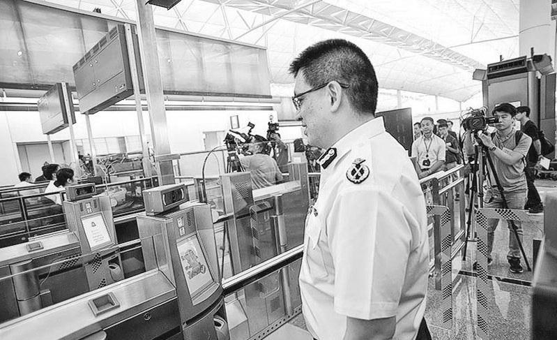 """香港机场推""""离境易""""自助服务 旅客20秒""""刷脸""""离境"""