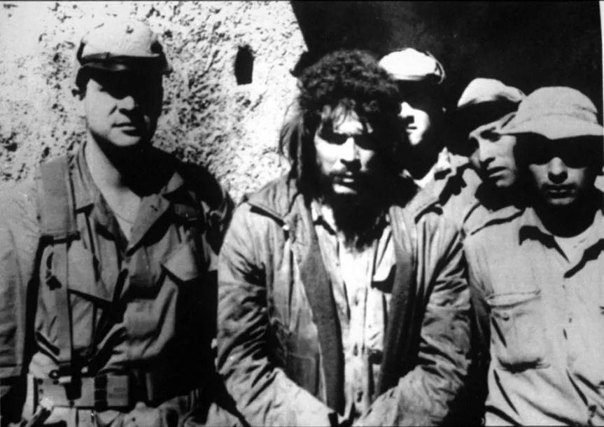 ▲资料图片:1967年10月8日,格瓦拉在玻利维亚被俘。左一为罗德里格斯。(西班牙《国家报》)