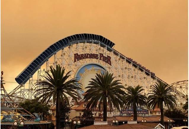 加州山火将迪斯尼冒险乐园的天空染成了橙色。(图片源于网络)