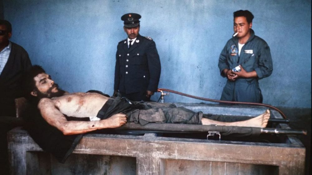▲资料图片:切·格瓦拉被行刑后,玻利维亚政府军将他遗体陈列示众。(法新社)