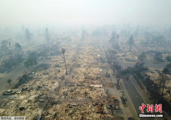 美国加州大火蔓延多日,加州州长称,仅纳帕和索诺马两县的大火已焚毁超过2000幢房屋。大火造成很多基础设施被毁坏,数万居民电力中断。