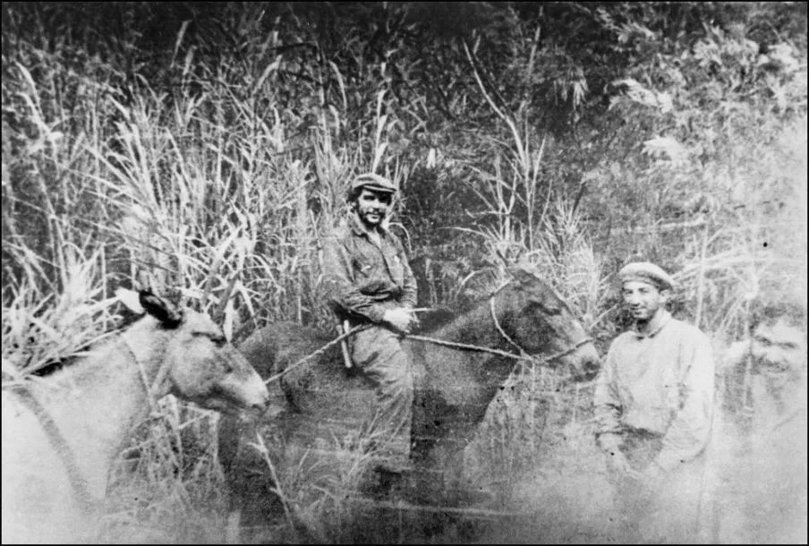 ▲资料图片:格瓦拉骑着马在玻利维亚尼扬卡瓦苏山区巡视。(西班牙《国家报》)