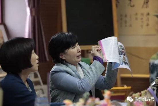 ▲清华大学附属小学老师接受媒体采访,表示学生们会经常参与课题研究。 新京报记者朱骏 摄
