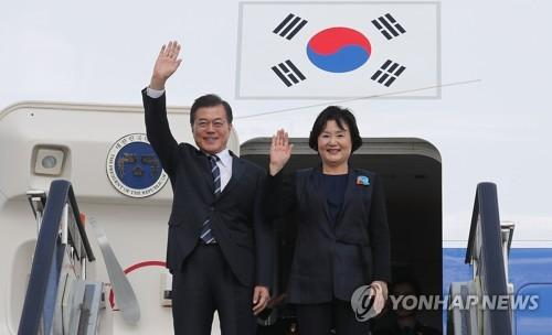 资料图片:韩国总统文在寅(左)和夫人金正淑。(图片来源:韩联社)
