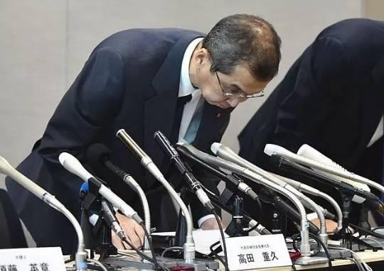 6月26日,日本高田公司董事长高田重久在东京举行的新闻会上道歉