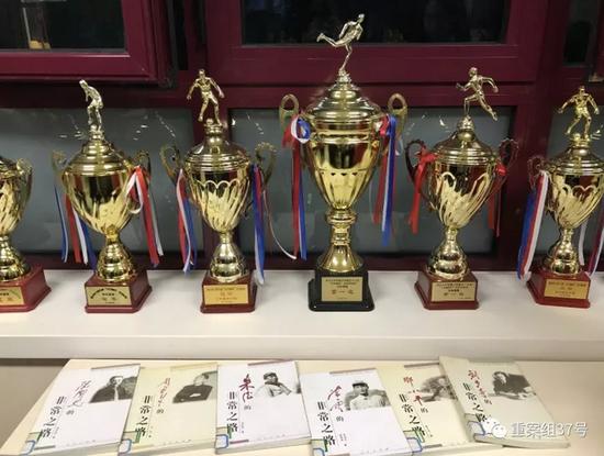 ▲清华大学附属小学2012级4班教室里,窗台上摆放着孩子们在体育比赛中获得的奖杯以及平时阅读的部分书籍。 新京报记者朱骏 摄