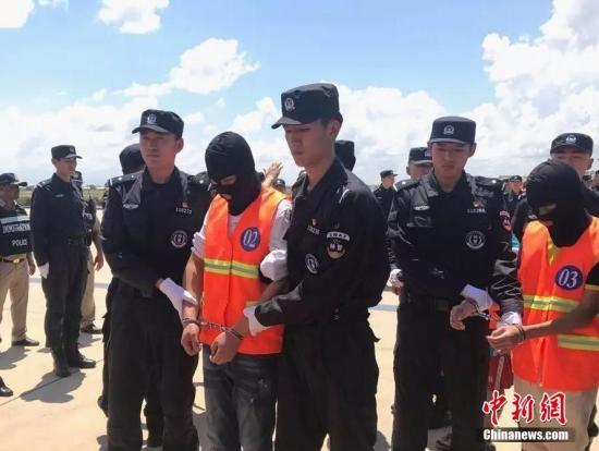 10月12日,70余名在柬埔寨涉嫌网络诈骗的中国嫌犯,在柬移民局警方和中国警方押送下从金边机场被遣返。中新社记者 钟欣 摄