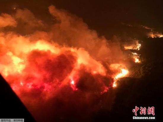 从空中航拍的美国加州山火现场。