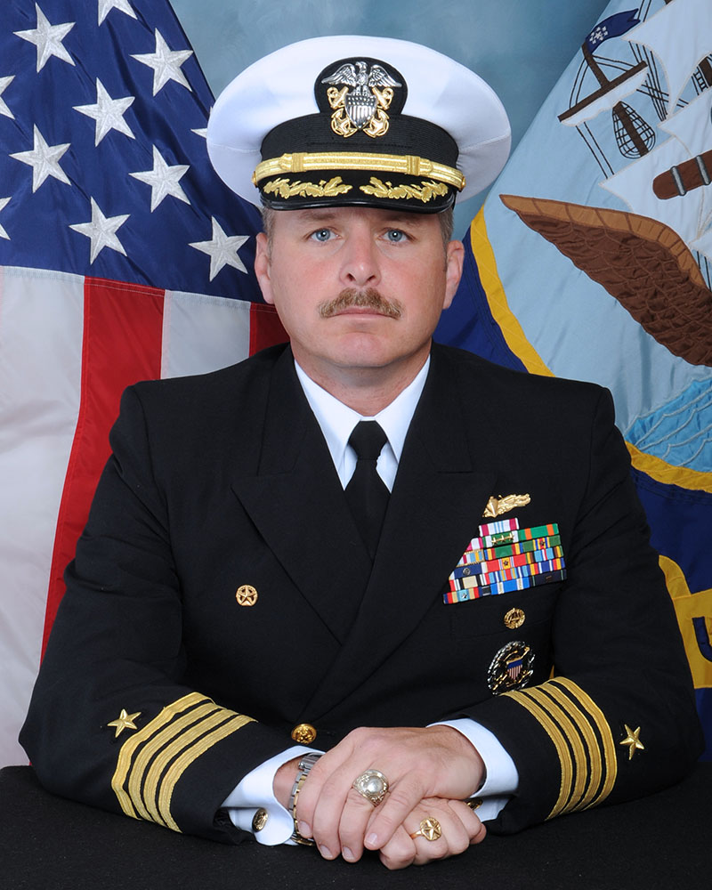 """""""夏洛""""号前任舰长亚历山大・艾库克(Adam M。 Aycock),图片来源:美国海军官网"""