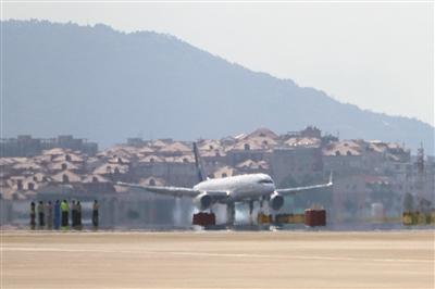 """昨日,阿斯塔納航空的一架波音757飛機,因起落架出現異常,在廈門區域掛出""""7700""""緊急情況代碼。隨后,飛機在泉州德化縣上空盤旋,下午2點19分在廈門機場安全降落。據了解,事發時,機上沒有乘客和貨物。圖/視覺中國"""