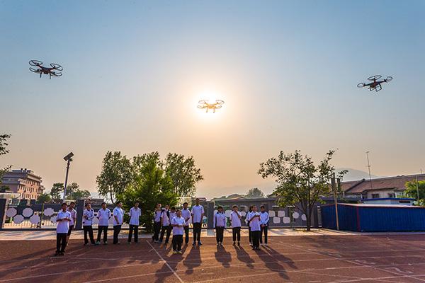 北京密云,正在室外上无人机课的孩子们。视觉中国 资料