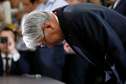 12日在东京,神户制钢所总裁川崎博也就数据篡改丑闻向日本经济产业省官员多田明弘致歉。(图片来源:路透社)