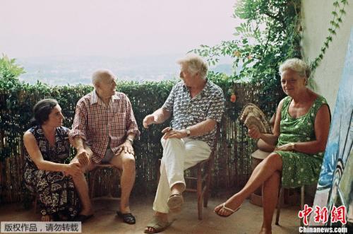 毕加索(左二)在这个山中别墅度过了生命最后的12年。