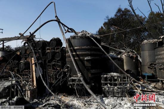加州当地被烧毁的葡萄酒桶。