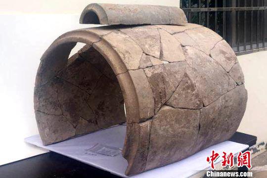 图为出土的巨型筒瓦和普通陶瓦。阿房宫与上林苑考古队供图