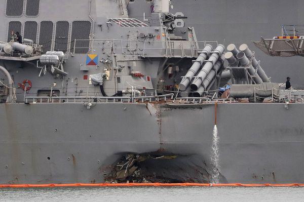 """资料图片:图为2017年8月22日在新加坡樟宜海军基地拍摄的受损的美海军""""约翰<span class="""