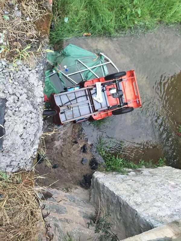 伤者驾驶三轮车从三米桥梁上掉下致多处骨折。警方供图