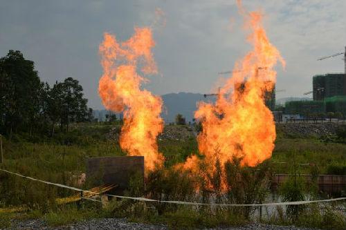 资料图片:贵州正安县安场镇安页1井钻井页岩气焚烧。