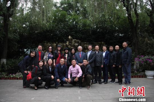 图为美国旧金山市长李孟贤一行访问贵州茅台。 瞿宏伦 摄