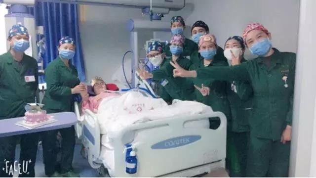 2017年4月10日,医护人员在病房为娄滔庆祝生日