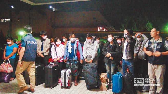 台湾调查局中部地区机动工作站首次破获台泰联手在台设置机房诈骗泰国人案,大批泰国籍男女来台受训,加入诈骗集团行列。(图片来源:台湾《中时电子报》)