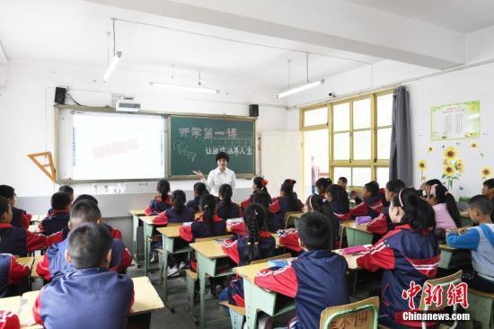 资料图:孩子们在新学期第一节课堂上。中新社记者 安源 摄