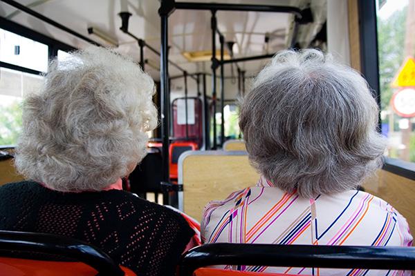 老年人免费乘公交年龄放宽至65周岁。视觉中国 资料图