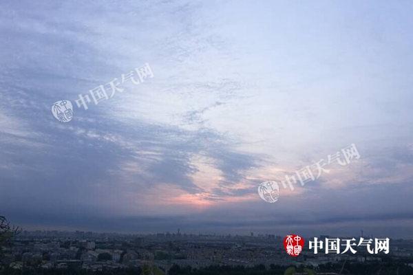百望山俯瞰京城,今天清早北京云量渐增。(张辉摄)