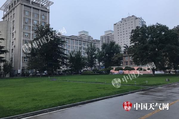 今天清早,海淀区中关村四周仍有雨点飘洒。