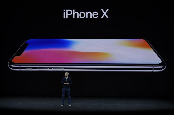 资料图片: 9月12日,在美国加州丘珀蒂诺市举行的苹果新产品发布会上,苹果公司首席执行官蒂姆·库克介绍新推出的苹果手机iPhone X。