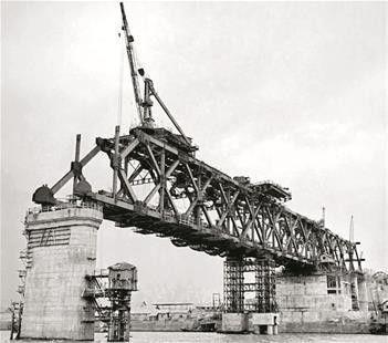 图为:架设钢梁